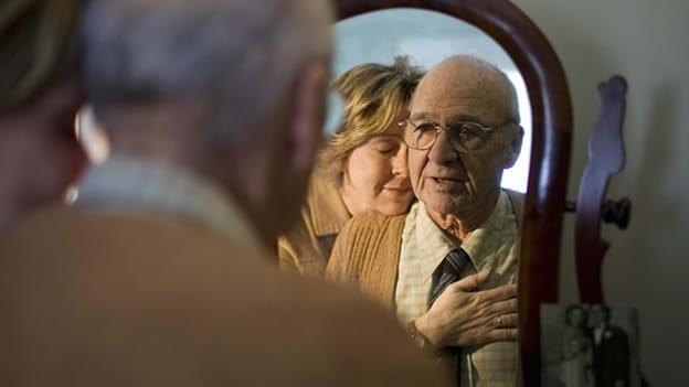 alzheimer-padre-e-hija-demencia-senectud-abrazo-familia